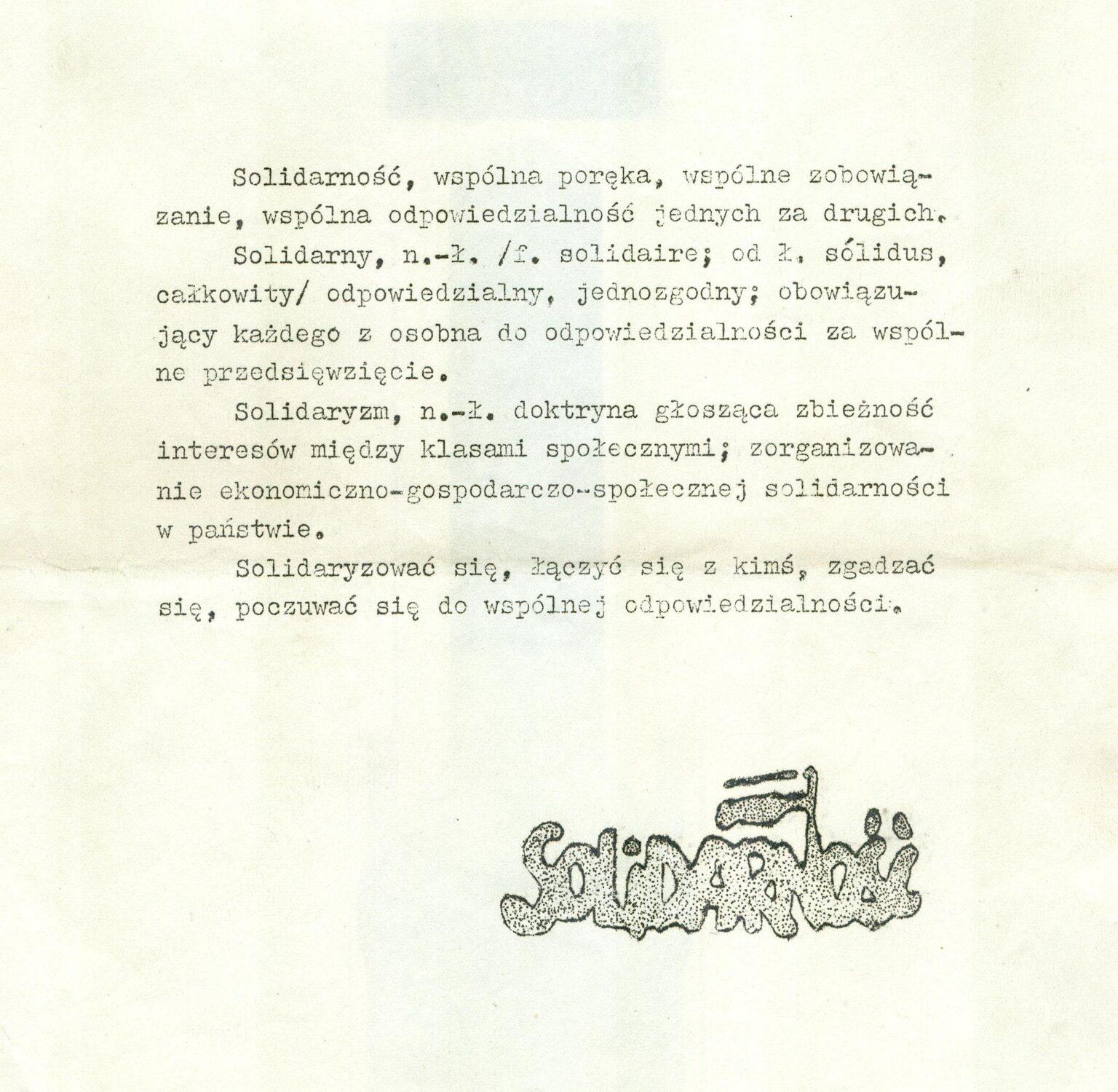 """Kartka zapisana pismem maszynowym: """"Solidarność, wspólna poręka, wspólne zobowiązanie, wspólna odpowiedzialność jednych za drugich..."""" Pod spodem monochromatyczne logo Solidarności."""